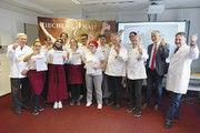 Die besten aus Baden-Württemberg mit Prüfern: Bester Fachverkäufer ist Stipo Ivica Dolibasic (8. v. r.), bester Bäcker Sebastian Siegel (5. v. r.).