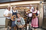 Bayern im Osten: Bäckermeisterin Sandra Schultz (2. v. l.) organisierte mit Helfern ein Oktoberfest in Krampfer.