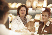 In Malzers Backstube erklärt Marina Bleul (links) Natascha Lingk den Brotverkauf.