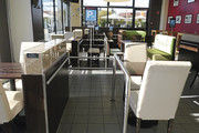Einparken möglich: Abstellplätze für die Einkaufswagen im Café der Filiale in einem Edeka-Center.