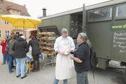 Florian Domberger ist mit seiner Feldbäckerei in Berlin unterwegs.