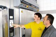 Florian Steffl und WP-L-Berater Peter Haas tauschen sich über Bedienung und Funktionsweise der Kälteanlage aus.