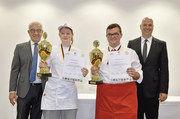 So sehen Sieger aus: Eingerahmt von Juryvorsitzendem Wolgang Schäfer (l.) und Bernd Kütscher, Leiter der Akademie Weinheim, halten Sarah-Benita Rohr und Stipo Ivica Dolibasic ihre Pokale.