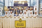 Bäcker und Konditoren bewerten gemeinsam mit dem Stollenmädchen öffentlich die Dresdner Spezialität.