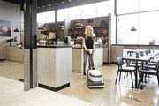 Größere Flächen in Laden und Café werden mit  Scheuersaugmaschinen schnell gereinigt.