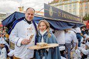 Stollenfest: Dresdner Stollenmädchen Lina Trepte mit Dresdens Oberbürgermeister Dirk Hilbert.