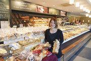 Inhaberin Bettina Kaspar setzt auf ein breites Angebot an Weihnachtsgebäcken, das regionale Spezialitäten besonders hervorhebt.