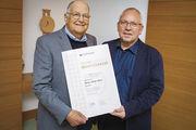 OM Volker Ruwe ehrt Heinz-Dieter Kirse (l.).