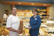 Hand-Werker: Jens und Julia Afheldt mit Brot und Stollen.