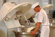 Symbolfoto: Dieser Bäcker macht beim Bedienen der Knetmaschine alles richtig.