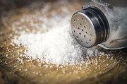 Nach dem Willen der Bundesregierung sollen Bäcker den Salzstreuer schneller zur Seite legen.