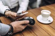 So geht bargeldloses Bezahlen mit dem Handy: dranhalten, fertig.