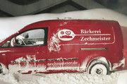 Das Lieferfahrzeug der Bäckerei Zechmeister rutschte einen Hang hinunter und blieb im Schnee stecken.