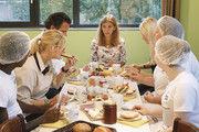 Frühstück in geselliger Runde mit gesunden und frischen Lebensmitteln.