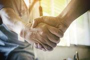 Dem potenziellen Nachfolger sollte der Senior offen begegnen – und die Hand reichen.