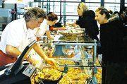 Warme Gerichte sind vor allem zur Mittagszeit gefragt. Die Thekenaufteilung erlaubt einen schnellen Wechsel im Angebot, passend zur Tageszeit.