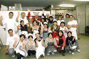 Bäckermeister Pommerencke (2. v. l. stehend) mit seinen Gesellen sowie Professor Kohei Yoshinaka und Professor Sven Holst mit ihren Studentinnen und Studenten und Betreuern vom Kreisjugendring.