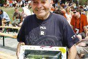 Als ältester Teilnehmer an den Deutschen Meisterschaften im 24-Stunden-Lauf erhielt Horst Feiler eine Torte mit seinem während des Laufes aufgenommenen Foto.
