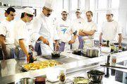 """Im """"Praxiskurs in der Hotelküche"""" lernen angehende Bäcker von gastronomischen Fachlehrern der Landesberufsschule für Hotel- und Gaststättenberufe Tettnang, wie kleine Gerichte zubereitet werden."""