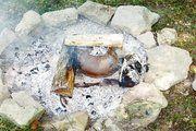 Unterwegs haben die römischen Soldaten ihr Brot im Feuer in einem umgedrehten Topf, der über einen heißen Stein gestülpt war, gebacken.