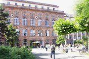Durch dieses Portal gelangen die Studenten in die Uni Frankfurt, in diesem Gebäude wird unter anderem auch Betriebswirtschaft gelehrt.