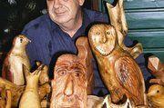 Bäckermeister a. D. Georg Meyer werkelt aus altem Holz Skulpturen, die schon auf etlichen Ausstellungen präsentiert worden sind.