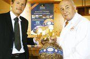 Reinhard Hesse (rechts) und Peter Latz bei der Präsentation der gemeinsamen Aktion in der Krombacher Brauerei.
