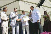 Als erster Bäckermeister des Landes Brandenburg erhielt Klaus Merschank (2.v.r.) das begehrte Qualitätssiegel von Ministerpräsident Matthias Platzeck (2.v.l.) persönlich überreicht. LOM Hans-Joachim Blauert (r.) und der Bürgermeister des Gastgebersta