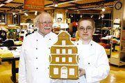 Gustav Baumgarten, OM der Bäckerinnung Holstein, freut sich mit Olaf Köhr (r.) über dessen ersten Platz beim Lebkuchenhaus-Wettbewerb.