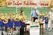 In Aktionen rund um das Firmenjubiläum sammelte die Bäckerei Hesse 5555 Euro zur Finanzierung eines Sportparks. Jetzt übergab Firmenchef Reinhard Hesse den Scheck zusammen mit symbolischen Backwaren an Verein und Jugendspieler.