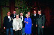 Bäcker-Präsident Peter Becker (r.), Obermeister Jan-Henning Körner (2.v.l.), Sängerpräsident Hartmut Körner (l.) und Innungsgeschäftsführer Heinz Essel (2.v.r.) begrüßten unter dem Tannenbaum einige der ältesten Anwesenden: Lotti Wulf (92, M.r.), Ger