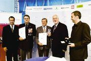 Unser Bild zeigt (von links): Thomas Krüger (Präsident der Bundeszentrale für politische Bildung), Wolfgang Süße und Klaus Knabe (Preisträger in der Kategorie Menschen) sowie Laudator Peter Harry Carstensen (Ministerpräsident des Landes Schleswig-Hol