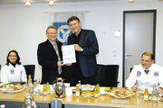 Klaus Woyda und LIM Klaus Hottum (stehend von links) zeigen die Urkunde für die Hessenbäcker-Spende in Höhe von 9000 Euro. Sitzend links Sandra Becht, rechts Verbandsgeschäftsführer Stefan Körber.