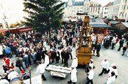 Viele Schaulustige verfolgten den Einzug des Riesenstollens auf dem Plauener Altmarkt.