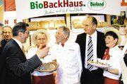 Hans-Jürgen Leib (Mitte) und seine beiden Mitarbeiterinnen präsentierten Ministerpräsident Matthias Platzeck und Agrarminister Dietmar Woidke (2.v. r.) mit dem Hellen Falken und dem Schulbrot für Kinder die aktuellen Ausstellungshighlights.