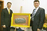 FDP-Chef Guido Westerwelle und Klaus Hottum, Vizepräsident des Zentralverbandes des Deutschen Bäckerhandwerks, enthüllen das Kampagnen-Plakat der FDP.