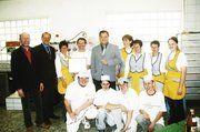 Unser Bild zeigt die Inhaber Hermann (4. v. l.) und Cornelia Wetzel (3. v. l.) mit dem stellv. OM Gerold Rebholz (l.), Geschäftsführer Karl Griener (2. v. l.), Bürgermeister Christian Lange (5. v. l.) und dem Team aus Backstube und Verkauf der Bäcker