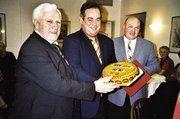 Stellv. OM Heinz Früholz und OM Jürgen Haack gratulierten Ehren-OM Anton Grath zum 70. Geburtstag (von rechts).