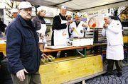 Krapfenproduktion (von links): Ehrenobermeister Wolfgang Süße (verantwortlich für die Füllung), Birgit Rose (Wochenspiegel), OB Norbert Kastner, Obermeister Joachim Grosch, Bäckermeister Rainer Reißenweber (Qualitätskontrolle).