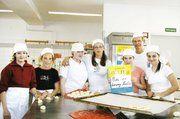 """An dem zum siebten Mal bundesweit veranstalteten Projekt """"Girls Day – Mädchen-Zukunftstag"""" war erneut die Berliner Bäckerinnung mit von der Partie. Fachschullehrer Martin Trümper vermittelte den Schülerinnen interessante Einblicke in die Welt des Bac"""
