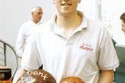 Bäckerlehrling Konrad Pfützner hatte für den Pressetermin Brot aus eigener Herstellung mitgebracht.
