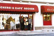 Vor der Bäckerei Becker (von links): David Becker, seine Frau Tanja und Werner Becker, der auch Lehrlingswart der Bäckerinnung Kusel war.