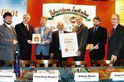 Gruppenbild mit Brot, Urkunde und Qualitätszeichen-Schild (von rechts): Wolf Kaufmann (Hehrmühle), Jürgen Viehmeier, Minister Wilhelm Dietzel, Friedrich Viehmeier, Landrat Frank-Martin Neupärtl, Bürgermeister Lothar Vestweber und GF Wilfried Schäfer