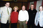 Sängerkreis-Vorsitzender Peter Walter mit den geehrten Sangesbrüdern Jürgen Bär und Gerhard Jackstadt (von rechts). Daneben Adelinde Sebald und Harald Luther, 1. Vorsitzender des Männerchors.
