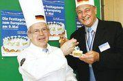Beim Verkosten der Festtags-Torte zum Europa-Tag sind der Obermeister der Bäckerinnung Berlin, Hans-Joachim Blauert (r.), und der Obermeister der Berliner Konditoreninnung, Hartmut Spaethe, auf den Geschmack gekommen.