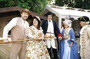 Beim Barockfest im Park des Ludwigsluster Schlosses bot Bäckermeister Erik Herrmann aus Grabow seine Backwaren in traditioneller Uniform an.