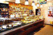 Einblick in den Laden der Bäckerei. Feng Shui-Elemente sind selbst in Details zu erkennen, wie in den abgerundeten Kanten der Abstellflächen vor der Theke.