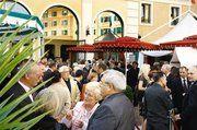 Vor der Kulisse von mediterran gestalteten Gebäuden und Statuen im großen Innenhof des Hotels Colosseo kamen die Gäste zum Auftakt der Veranstaltung locker ins Gespräch. Fotos Kauffmann