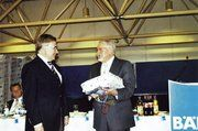Bernhard Muschelknautz (r.) dankte Manfred Klinkhammer (DGRV), der sich in den Ruhestand verabschiedet.