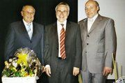 Vorstand Bernd Neubauer und Aufsichtsratsvorsitzender Michael Neu (rechts) verabschiedeten den Prüfer Manfred Klinkhammer und dankten ihm für seine jahrelange Arbeit für die Bäko Mittelbaden.
